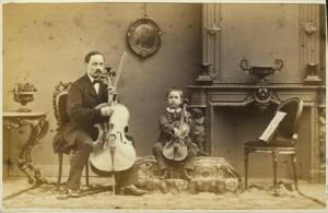 8.-Maurits-Verveer-Portret-van-man-met-cello-en-jongen-met-viool-in-huisinterieur-1024x665